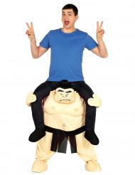 Kostume mand på ryggen af en sumo bryder
