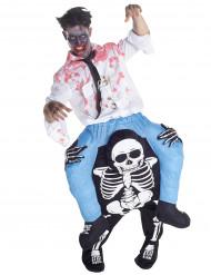 Kostume oppusteligt mand på ryggen af et skelet til voksne Halloween