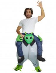 Kostume mand på ryggen af en alien