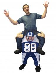 Kostume mand på ryggen af en football player