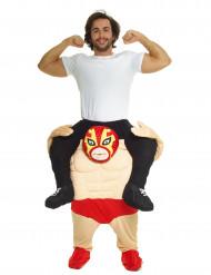 Kostume mand på ryggen af en wrestler