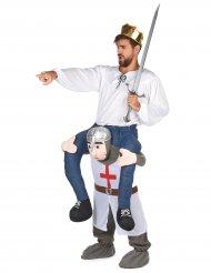 Kostume mand på ryggen af en ridder