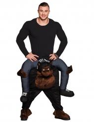 Kostume mand på ryggen af en gorilla