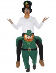 Kostume mand på ryggen af leprechaun til voksne