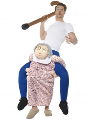 Kostume mand på ryggen af en bedstemor