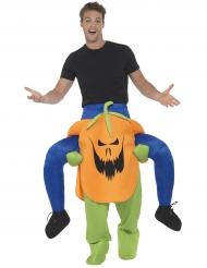 Kostume mand på ryggen af et græskar Halloween