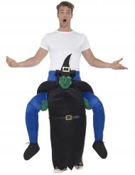 Kostume mand på ryggen af en heks Halloween
