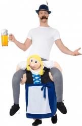 Kostume mand på ryggen af en bayersk kone til voksne