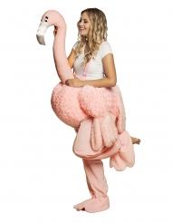 kostume kvinde på ryggen af flamingo voksen